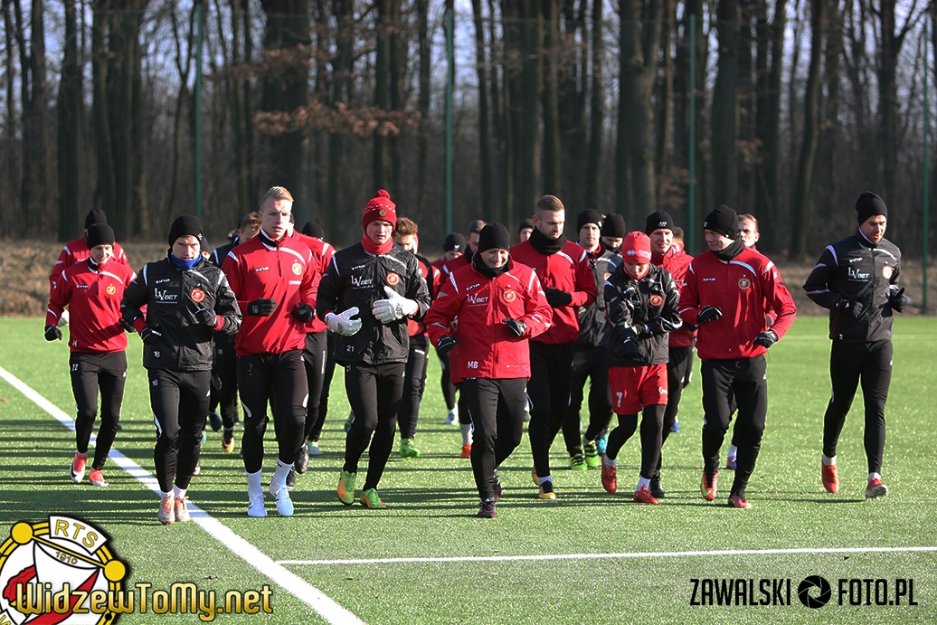 Dwudziestu sześciu piłkarzy na pierwszym treningu!
